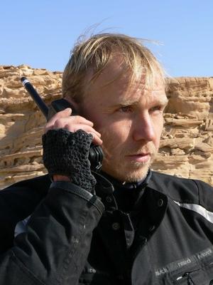 Сергей Синельник со спутниковым телефоном Турайя